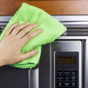 Hand Wiping Microwave With Cloth
