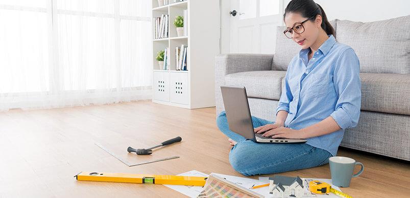 Femme faisant du bricolage sur ordinateur portable