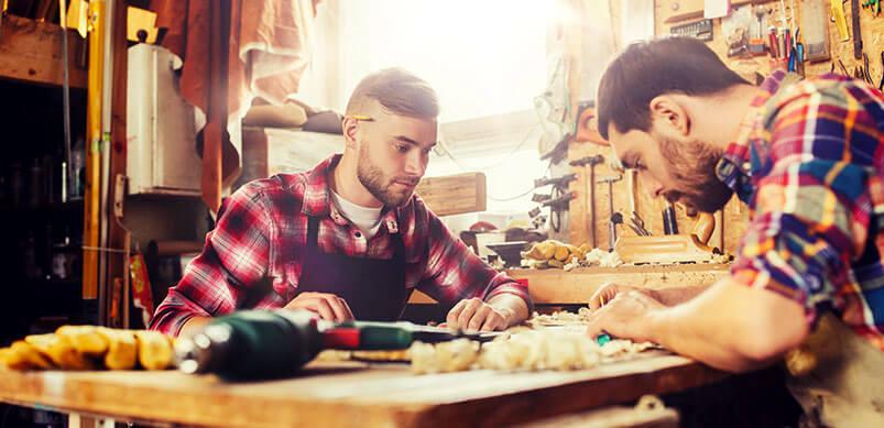 Deux hommes s'entraidant DIY